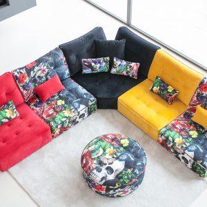 Sofá colorido con módulos estampados