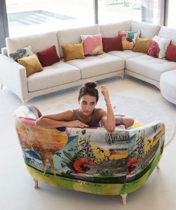 Salón con sofá modular Opera y cojines estampados